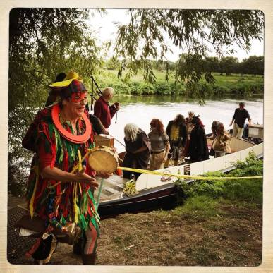 langport mummers_off boat